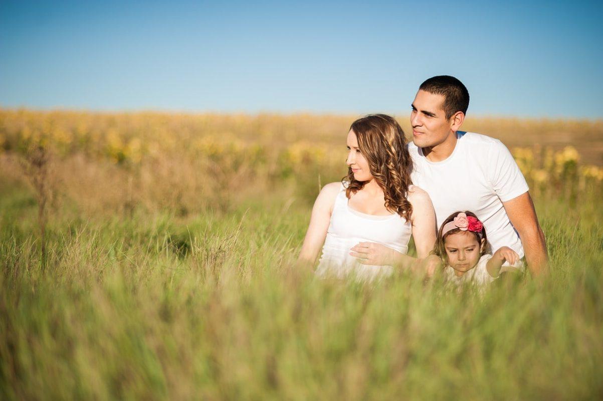 žena, muž a dítě v poli